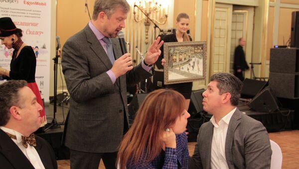 Валдис Пельш продает картину Георгия Лапчинского Каток на Чистых прудах на благотворительном аукционе