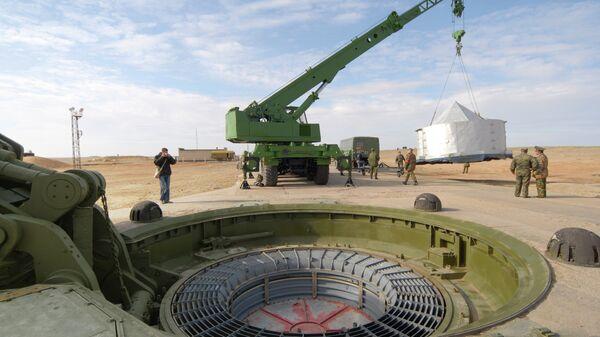 На пусковой площадке №175 Российских ракетных войск стратегического назначения (РВСН) космодрома Байконур перед пуском межконтинентальной баллистической ракеты (МБР) РС-18 Стилет