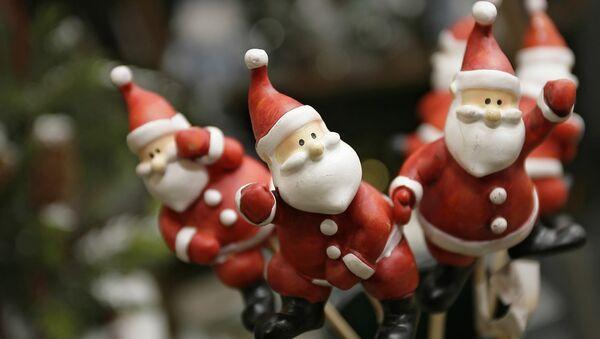 Фигурки Санта-Клаусов. Архивное фото