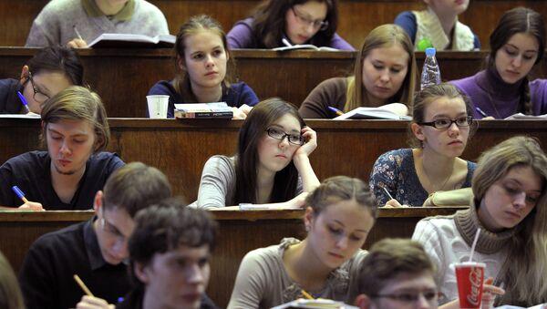 Студенты биологического факультета Московского государственного университета им. М.В. Ломоносова во время лекции.