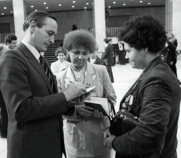 Актер Василий Лановой дает автограф женщинам-депутатам XXVII съезда КПСС