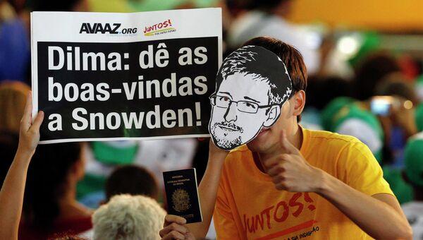 Демонстрация в Бразилии с требованием дать убежище Сноудену. Фото с места событий