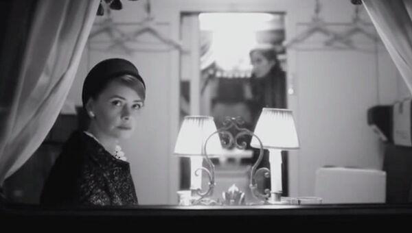 Кадр из фильма Девушка с коробкой