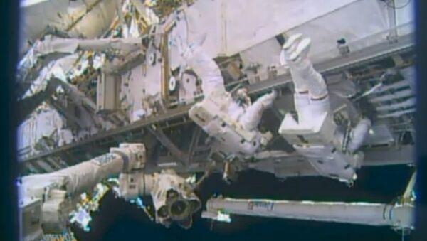 Астронавты НАСА Майкл Хопкинс и Ричард Мастраккио заканчивают установку нового насосного модуля системы охлаждения МКС