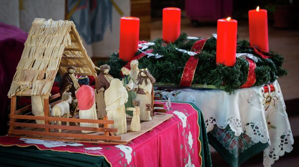 Рождественское убранство в лютеранской церкви Святого Павла во Владивостоке: традиционная библейская сцена Рождества Христова.