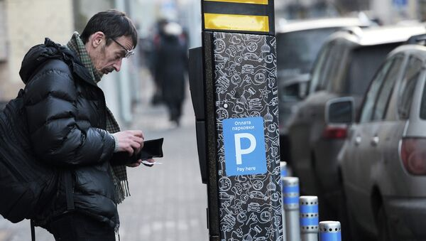 Оплата парковки в паркомате. Архивное фото