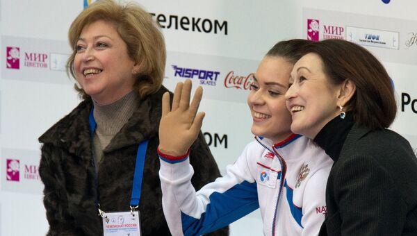 Фигуристка Аделина Сотникова (в центре) после выступления в произвольной программе на ЧР. Фото с места события