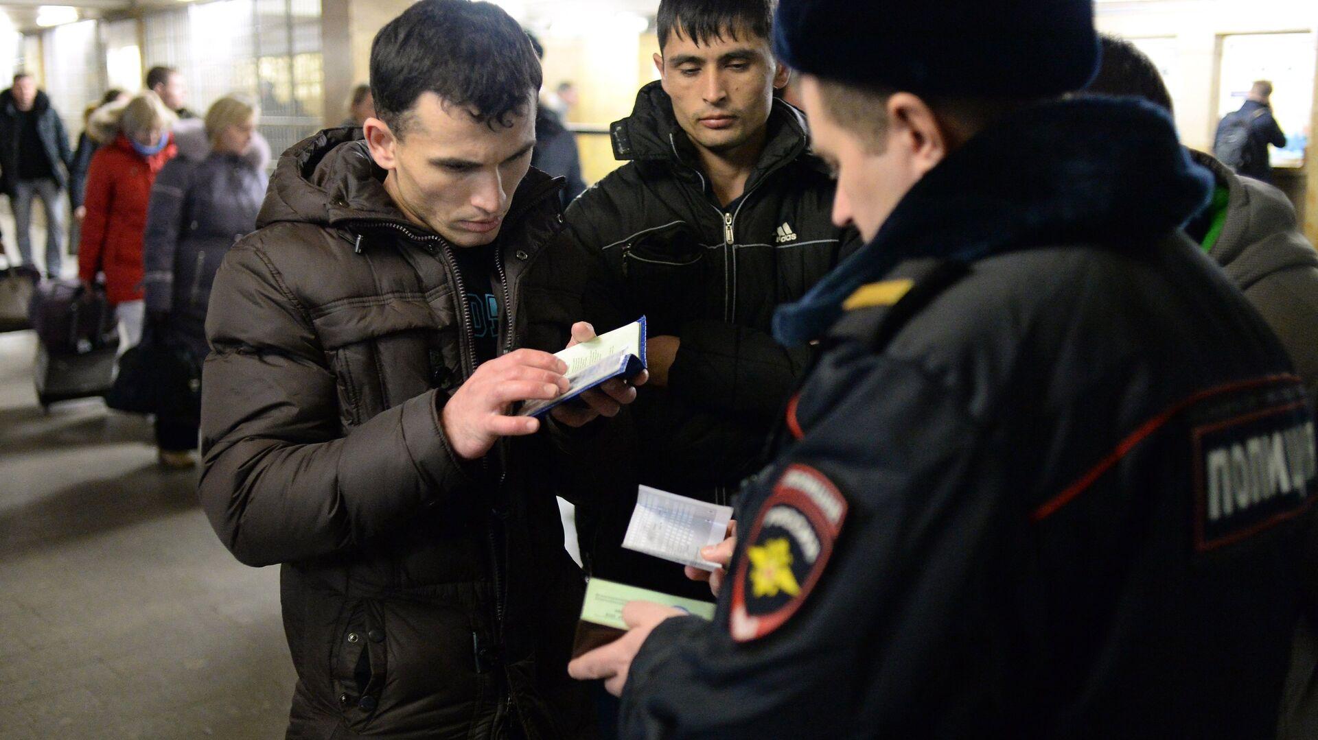 Трудовых мигрантов обязали подтверждать умение обратиться в полицию