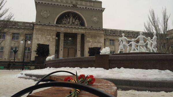 Цветы возле места взрыва в Волгограде