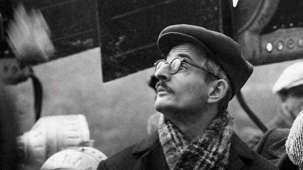 М.Хуциев на съемках фильма Июльский дождь