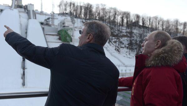 Путин во время посещения комплекса для прыжков с трамплина Русские горки