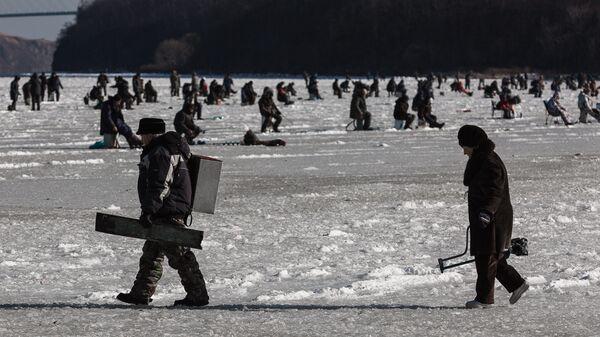 Зимняя рыбалка на льду Амурского залива во Владивостоке