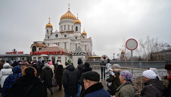 Верующие у Храма Христа Спасителя, где находятся Дары волхвов, фото с места события