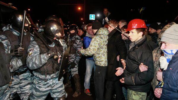 Столкновение между оппозиционными активистами и милицией у здания суда в Киеве. Фото с места события