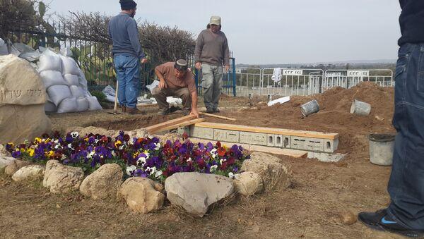 Подготовка могилы Ариэля Шарона на семейной ферме на юге Израиля