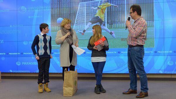 Награждение победителей конкурса детской спортивной фотографии на тему Спорт в моей жизни в агентстве РИА Новости. Фото с места события