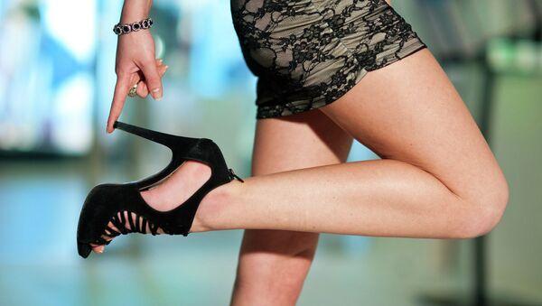 Девушка в туфлях на высоких каблуках