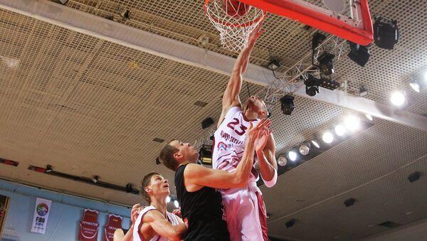 Игрок баскетбольного клуба Красные Крылья Аарон Майлз. Архивное фото