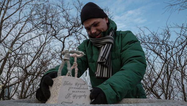 Проволочные скульптуры известных горожан установили во Владивостоке. Фото с места события