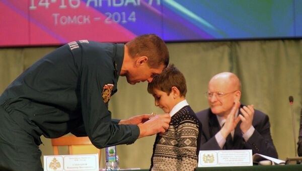 Замглавы МЧС наградил томского школьника медалью за спасение малышей