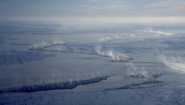 Облака над трещинами во льдах Арктики. Архивное фото