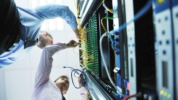 Инженеры в серверной комнате