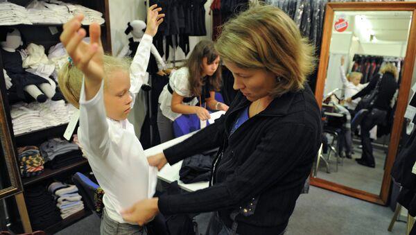 Покупка детской одежды. Архивное фото