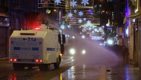 Полиция разгоняет в Стамбуле протестующих против усиления контроля в интернете. Фото с места событий