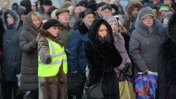 Пассажиры метро и сотрудники ГУП Мосгортранс у станции метро Автозаводская. Фото с места событий