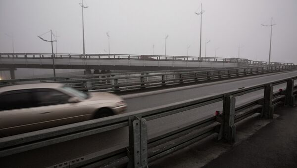 Машина на мосту. Архивное фото