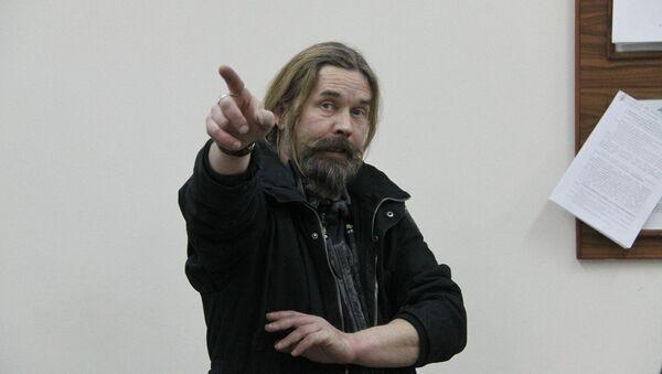 Музыкант Сергей Паук Троицкий в дежурной части линейного отдела полиции в новосибирском аэропорту Толмачево, фото с места события