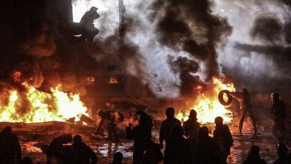 Митингующие жгут резиновые покрышки на улице Грушевского в Киеве. Архивное фото
