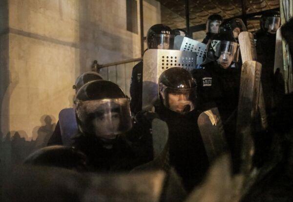Сотрудники правоохранительных органов стоят в оцеплении у здания Украинского Дома в центре Киева