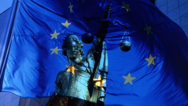 Флаг Евросоюза и богиня правосудия Фемида. Архивное фото