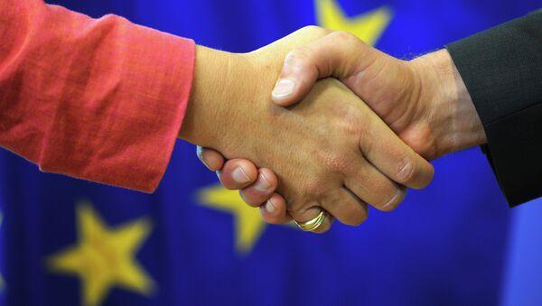 Рукопожатие на фоне флага Евросоюза, архивное фото