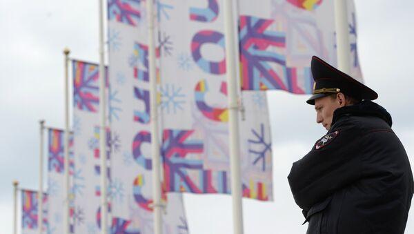 Сотрудник полиции дежурит на одной из улиц Сочи
