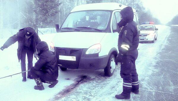 Автомобиль Газель, сломавшийся на трассе Томск-Мариинск