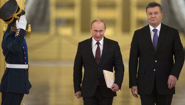 Президент России Владимир Путин (в центре) и президент Украины Виктор Янукович, архивное фото