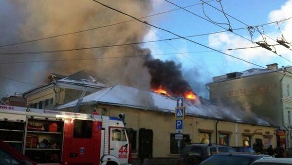 Крыша ресторана горит в центре Москвы. Фото с места событий