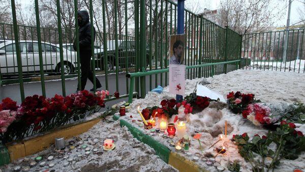 Цветы на месте трагедии у московской школы 263