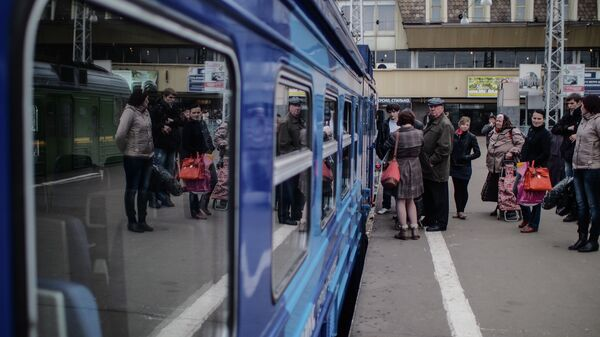 Пассажиры ожидают посадку на электричку. Архивное фото