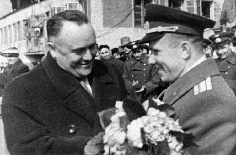 Королев поздравляет Гагарина с завершением первого полета в космос