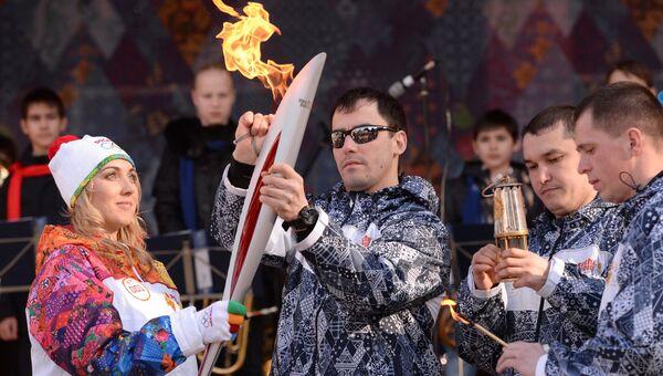Российская теннисистка Елена Веснина во время эстафеты Олимпийского огня в Сочи