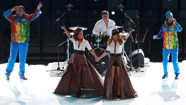 Юлия Волкова и Елена Катина выступают перед началом церемонии открытия XXII зимних Олимпийских игр в Сочи.