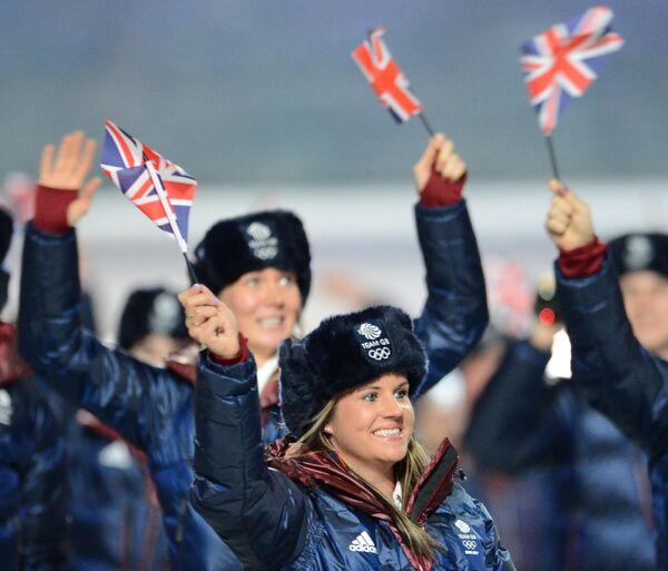 На традиционный парад национальных делегаций представители Великобритании вышли в шапках-ушанках.