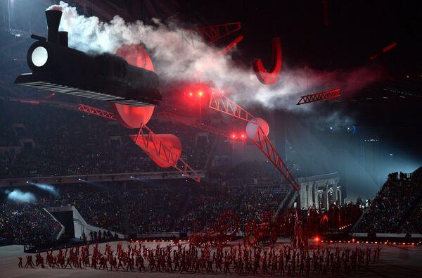 В исторической композиции возвышенный и романтичный XIX век сменился бескомпромиссным XX-м: красные тона революции, символы эпохи конструктивизма. Под куполом стадиона появился гигантский паровоз. Музыка Время, вперед Шостаковича.