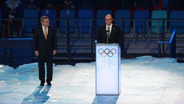 Дмитрий Чернышенко (справа) и президент МОК Томас Бах выступают с приветственной речью на церемонии открытия XXII зимних Олимпийских игр в Сочи.