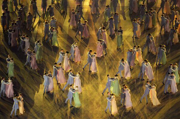 Балетная постановка по мотивам романа Война и мир Льва Толстого стала одной из самых зрелищных сцен. Первый бал Наташи Ростовой под музыку Евгения Дога из фильма Мой ласковый и нежный зверь представили прима Большого театра Светлана Захарова и знаменитый балетмейстер Владимир Васильев.