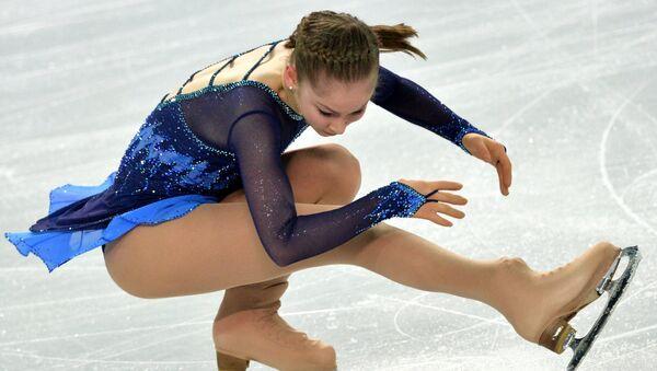 Юлия Липницкая выступает в короткой программе женского одиночного катания командных соревнований по фигурному катанию на XXII зимних Олимпийских играх в Сочи.