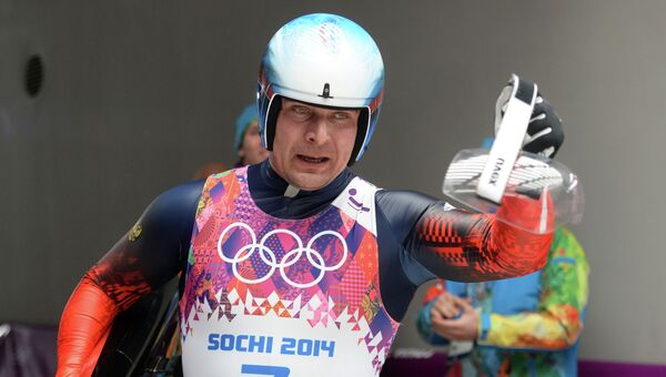 Альберт Демченко (Россия) на финише на индивидуальных соревнованиях по санному спорту
